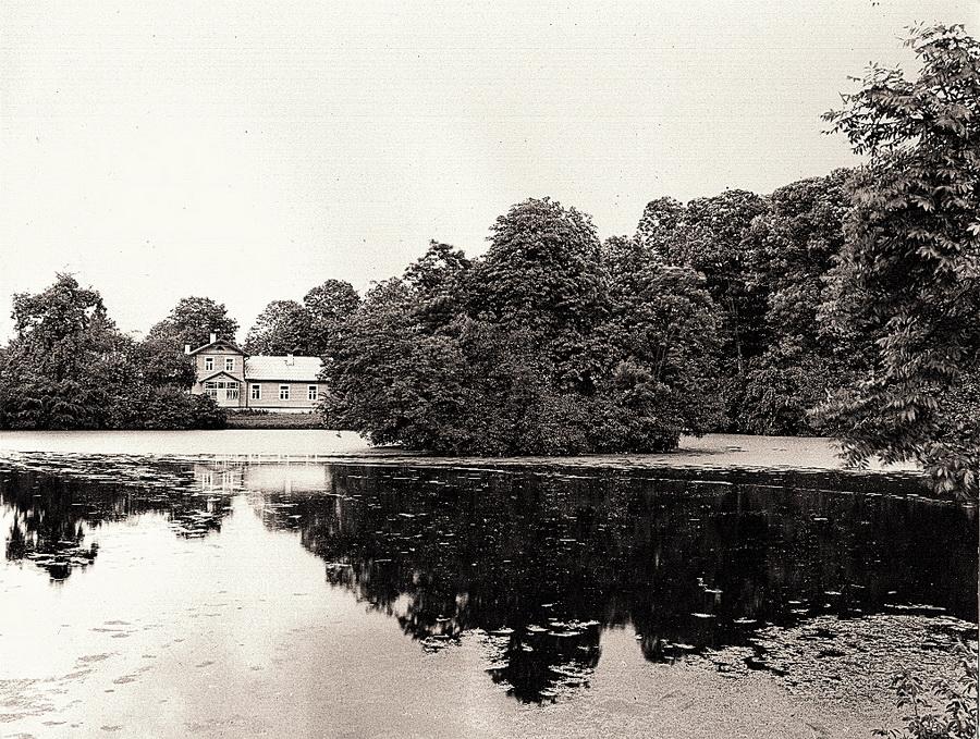 ogrod-dworski-w-dolubowie-widok-przez-staw-z-wyspa-na-dwor-stan-z-1988-r