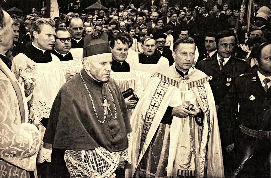 W otoczeniu księdz biskupa Władysława Jędruszuka duchowni i świeccy oczekują na obraz
